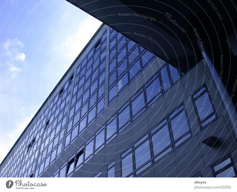 Blick Winkel Gebäude Stuttgart Fenster Architektur modern Himmel blau Sonne Schönes Wetter Glas reflektion