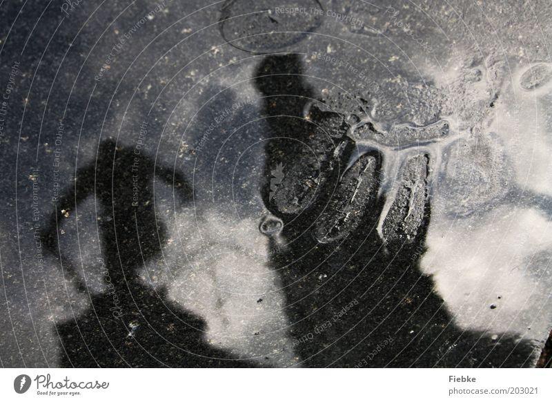 Regenwetter Hand Wasser schwarz kalt grau Gebäude Wassertropfen nass Finger Turm Spuren Unwetter Skulptur Pfütze Spiegelbild