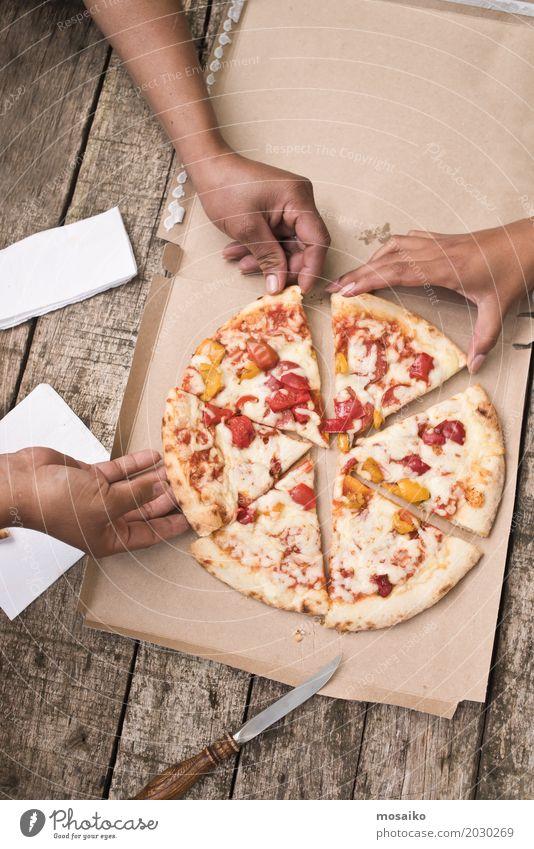 eating pizza Mensch Frau Sommer Freude Erwachsene Lifestyle Park genießen Top gleich Snack Pizza Fastfood Gerechtigkeit Italienische Küche Fingerfood