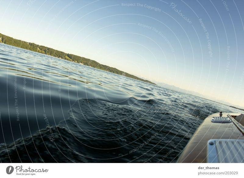 mehr als es ist... Sommer Meer Wellen Natur Wasser Wolkenloser Himmel Baum Alpen Berge u. Gebirge Seeufer Bootsfahrt Erholung fahren genießen blau braun gelb