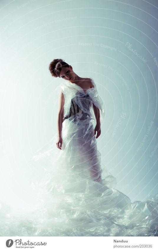 Körperspannung, oder auch nicht. Frau Mensch feminin Stil Kunst Mode elegant Lifestyle Körperhaltung Kleid Kreativität Verpackung Abdeckung Folie Perspektive