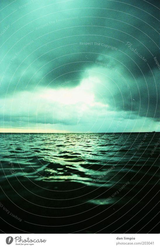 Unser blauer Planet Umwelt Wasser Himmel Wolken Gewitterwolken Klima Klimawandel Wetter schlechtes Wetter Wellen Meer Atlantik Unendlichkeit grün schuldig
