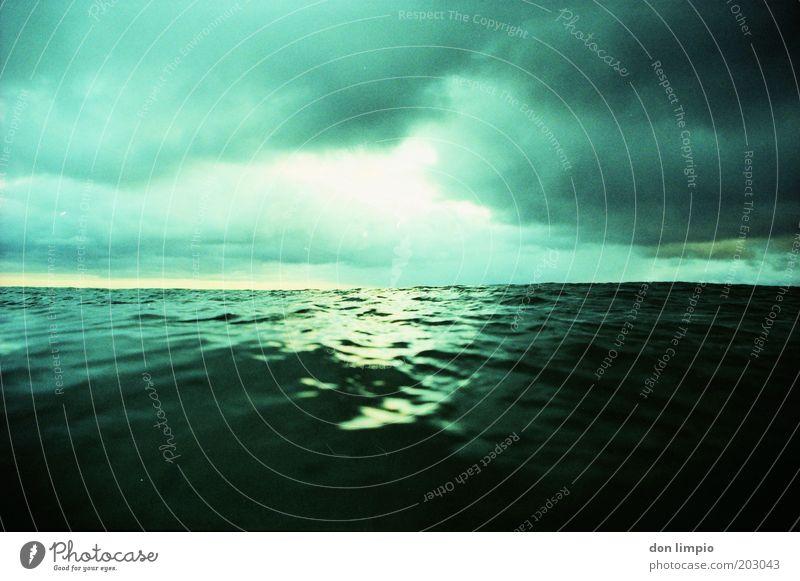Unser blauer Planet 2 Umwelt Wasser Himmel Wolken Gewitterwolken Horizont Klima Klimawandel Wetter schlechtes Wetter Unwetter Wellen Meer Atlantik dunkel Ferne