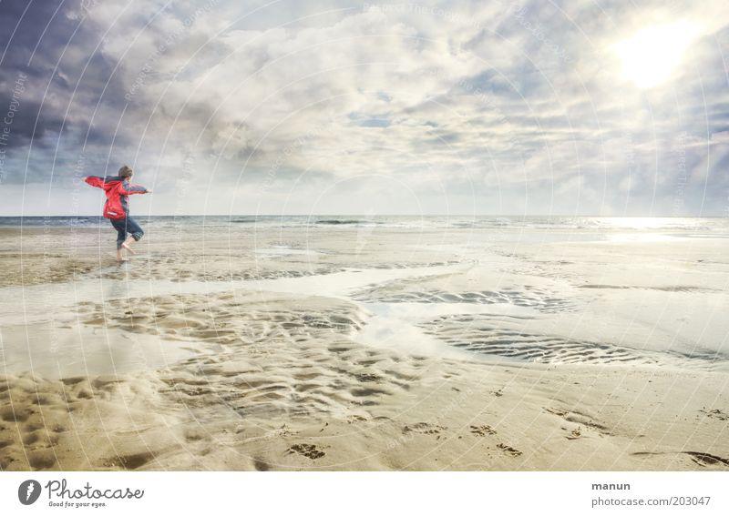 Traumtänzer Kind Natur Jugendliche Himmel Sonne Meer Sommer Freude Strand Ferien & Urlaub & Reisen Wolken Leben Junge Herbst springen Freiheit