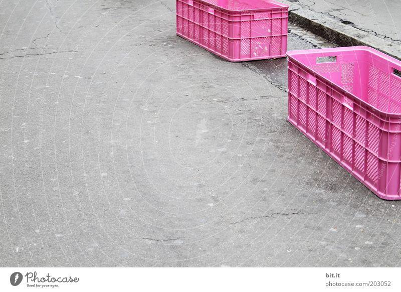 MÄDCHENTOR Platz Verpackung Kunststoffverpackung grau rosa Hoffnung Kasten Kiste Behälter u. Gefäße Straße Ordnung System Ordnungsliebe Asphalt ausdruckslos