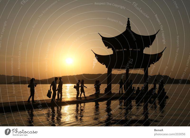 Pagode Lifestyle Freizeit & Hobby Mensch Leben Menschengruppe Natur Landschaft Wolkenloser Himmel Sonne Sonnenaufgang Sonnenuntergang Sonnenlicht Sommer Seeufer