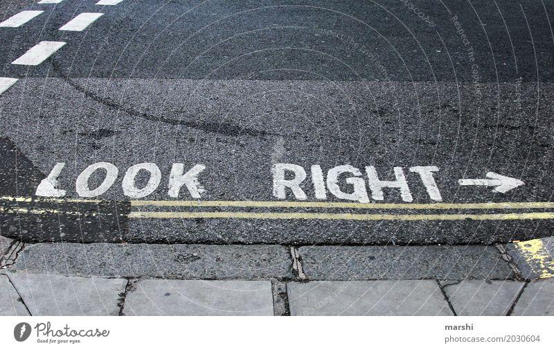 LOOK Stadt Hauptstadt Stadtzentrum bevölkert Verkehr Berufsverkehr Straßenverkehr Autofahren Fußgänger Stimmung London England rechts Vorsicht Respekt Farbfoto