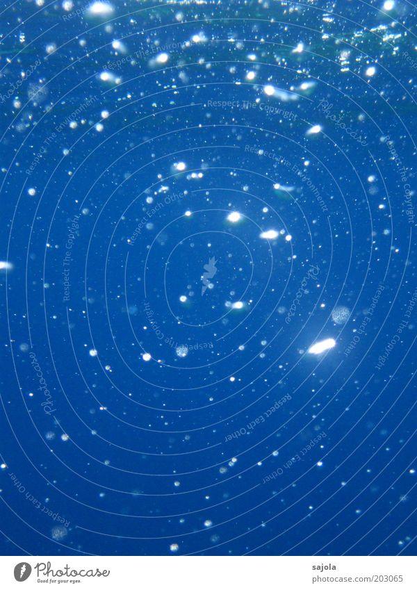 ich mach blau Wasser Meer blau glänzend Hintergrundbild Punkt leuchten Urelemente Luftblase Unterwasseraufnahme Hochformat
