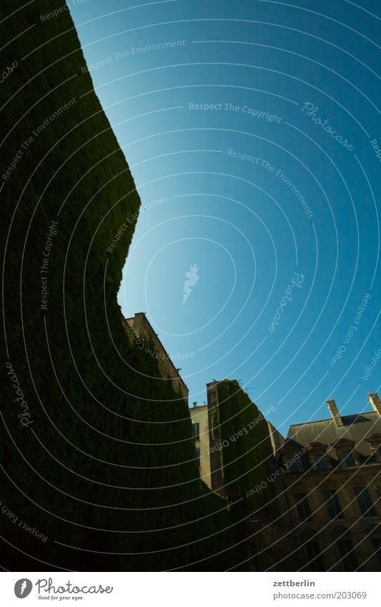 Place des Vosges Paris marais Jüdisches Viertel hotel de sully Frankreich Haus Fassade Hof Hinterhof steil dunkel Schatten Froschperspektive Himmel