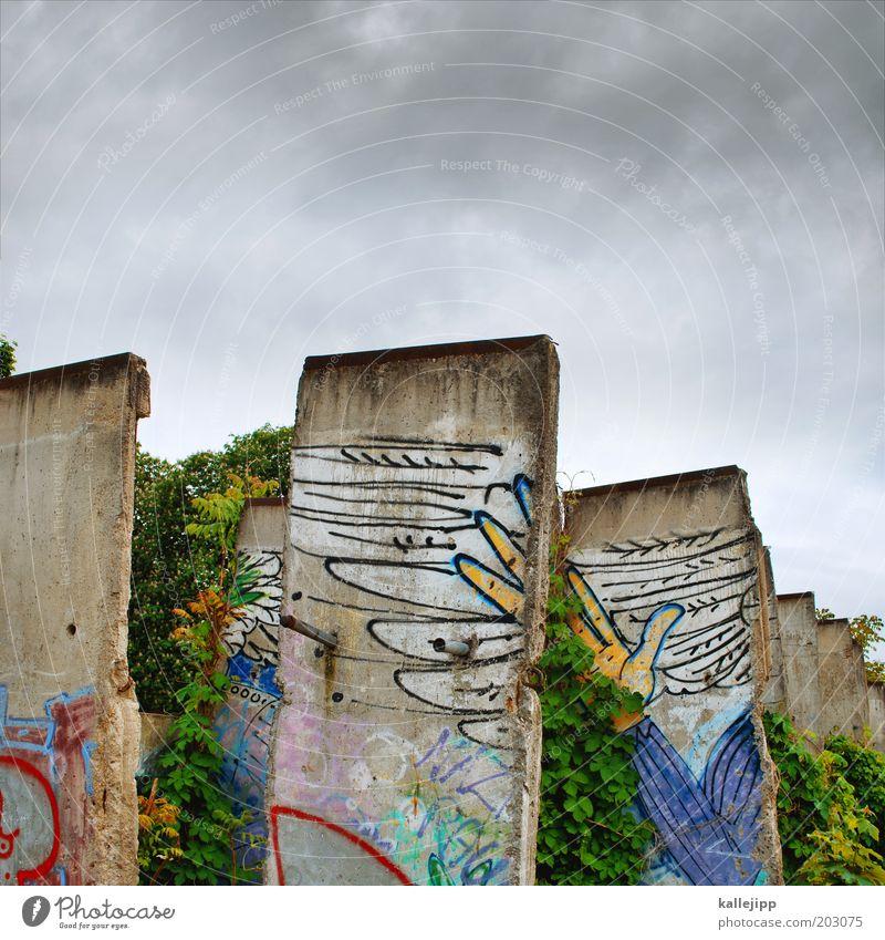 betonköpfe Hand Finger Flügel Zeichen Graffiti frei Freiheit Berliner Mauer Himmel Tag der Deutschen Einheit Farbfoto mehrfarbig Außenaufnahme DDR Denkmal