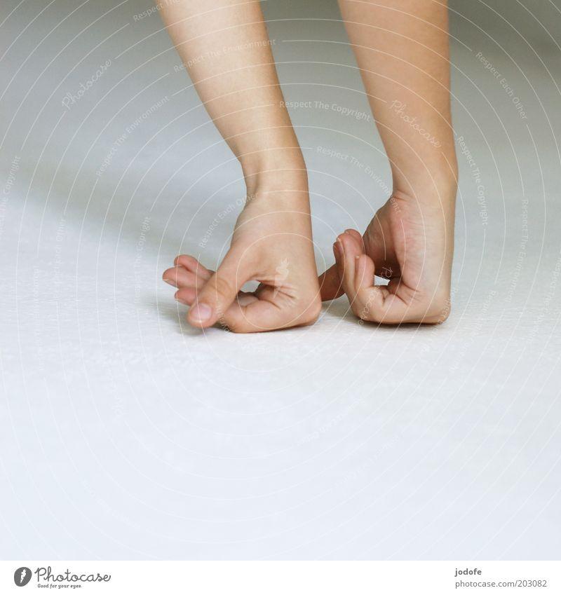 In Reih und Glied Mensch Haut Arme Hand Finger 1 18-30 Jahre Jugendliche Erwachsene weiß Kraft Faust Bodenbelag unpersönlich simpel zierlich abstützen