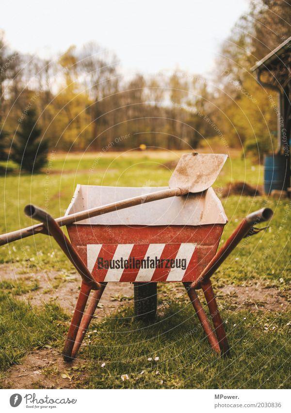 auf´m bau Werkzeug Maschine Baumaschine rot Schubkarre Schaufel Baustelle Gras dreckig Umbauen Arbeit & Erwerbstätigkeit Handwerker Arbeitspause Pause Dienst