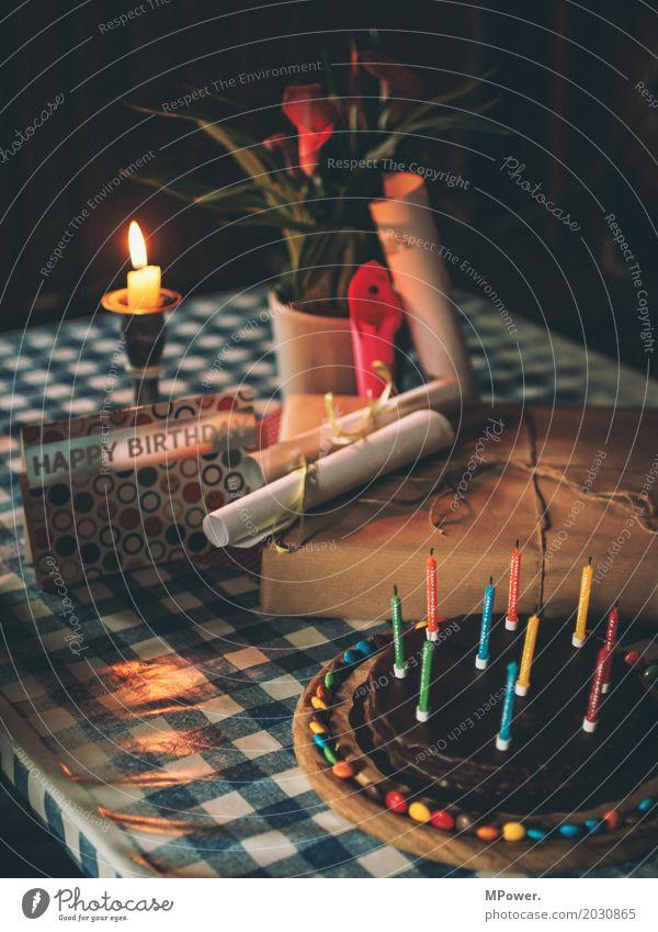 Geburtstagstisch Schleife mehrfarbig Geburtstagstorte Geburtstagsgeschenk Kerze Postkarte Blume Kerzenschein Überraschung Freude alt Farbfoto Innenaufnahme