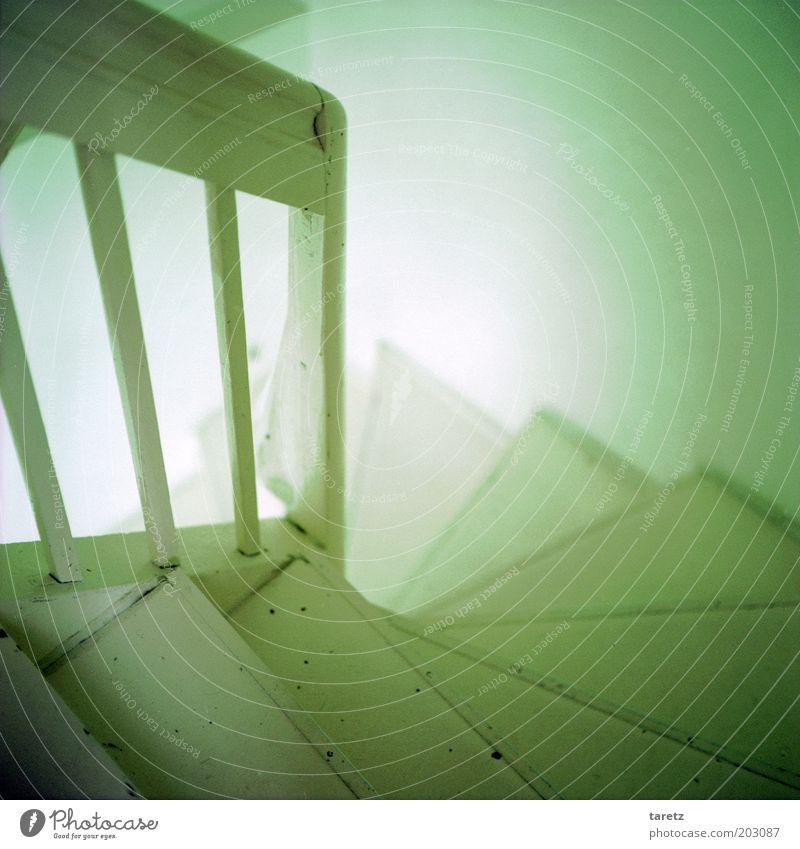 Kaffee lockt herunter alt weiß Holz hell Treppe einfach Innenarchitektur Neugier Erwartung Treppengeländer Treppenhaus steil Abstieg Gebäude Lichtschein