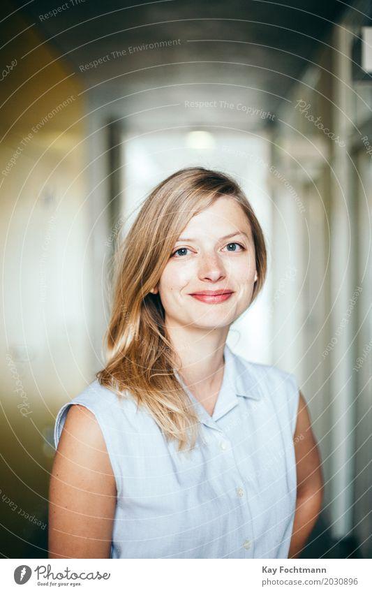 business #3 Mensch Jugendliche schön 18-30 Jahre Erwachsene Leben feminin Junge Business Arbeit & Erwerbstätigkeit Zufriedenheit Büro elegant blond Erfolg