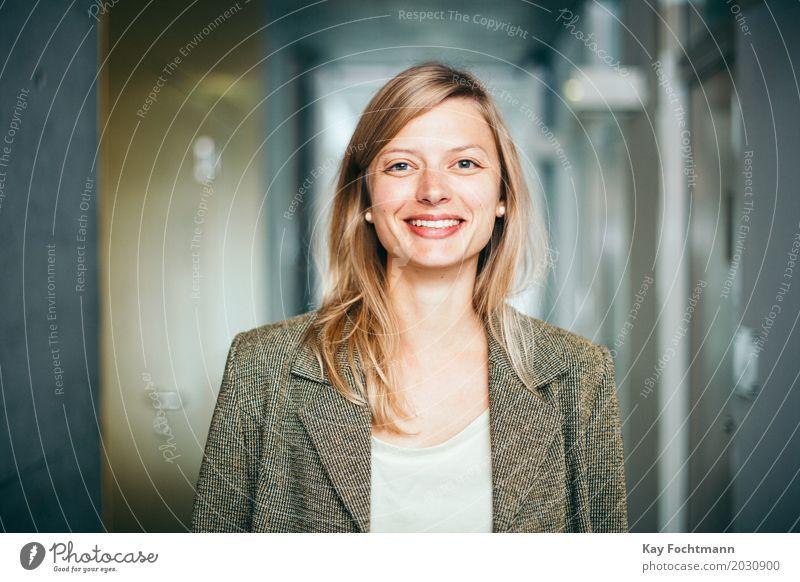lächelnde blonde Geschäftsfrau lernen Student Arbeit & Erwerbstätigkeit Beruf Büroarbeit Wirtschaft Dienstleistungsgewerbe Medienbranche Business Unternehmen