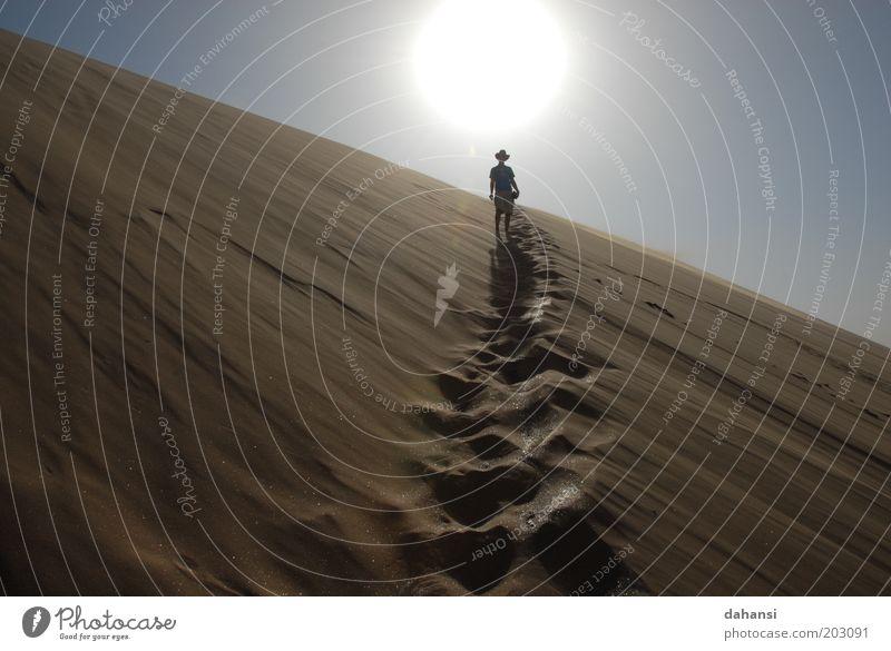 Auf dem Pfad in Richtung Sonne Mensch Mann Natur Ferien & Urlaub & Reisen Erwachsene Ferne Landschaft Freiheit Sand Wärme Stimmung warten Ausflug wandern