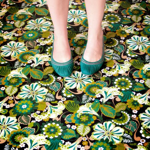 candyflip-walk feminin Beine Fuß Schuhe Teppich Blumenmuster retro trashig verrückt wild mehrfarbig grün Farbfoto Innenaufnahme Tag türkis Frau Bodenbelag