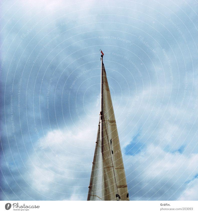 Bis in die Mastspitze Segeln Segelboot Wolken Gewitterwolken schlechtes Wetter Küste See Steinhuder Meer Schifffahrt blau Fernweh stagnierend
