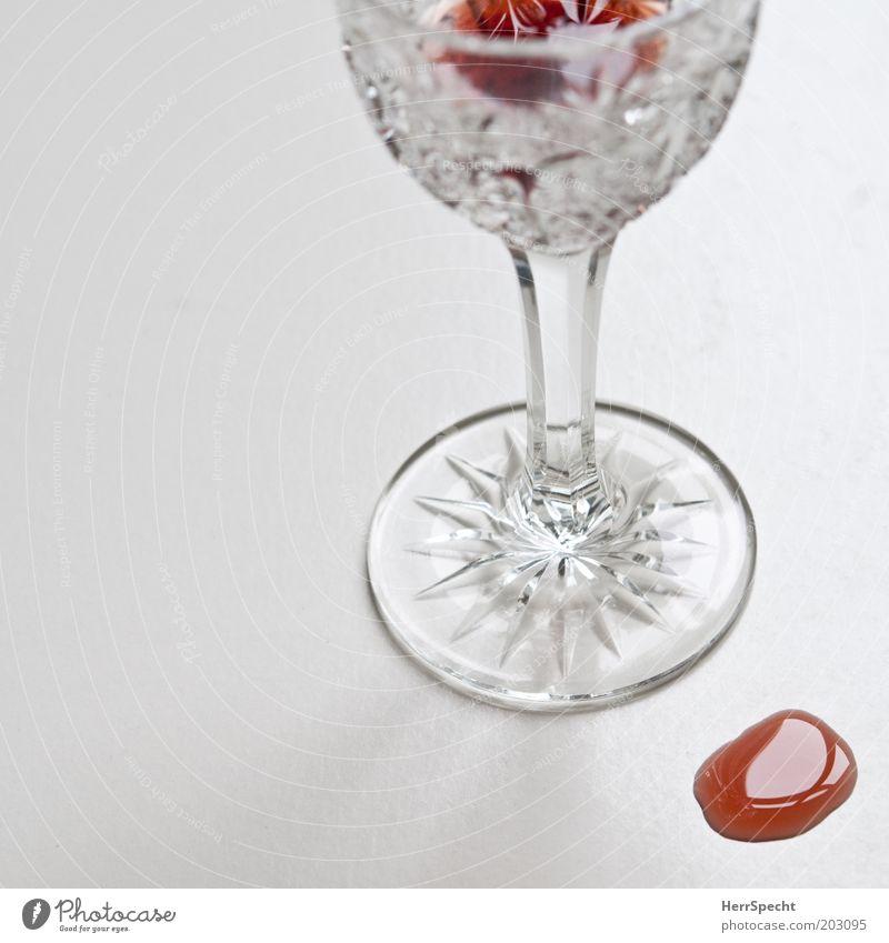 Wer Sorgen hat, hat auch Likör Getränk Alkohol Likörglas Glas rot weiß geschliffen verschütten Rest Bleikristall Farbfoto Innenaufnahme Nahaufnahme