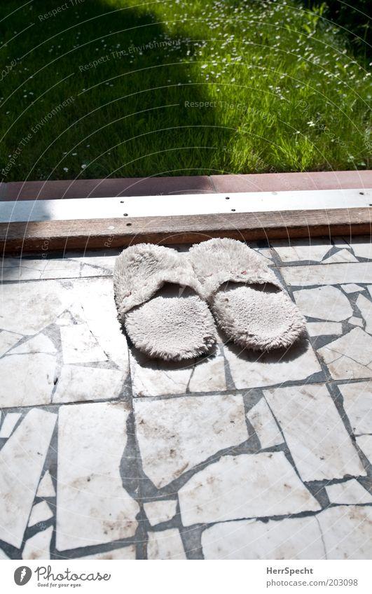 Draußen nur barfuß Häusliches Leben Wohnung Garten Blume Gras Menschenleer Terrasse Stein grün schwarz weiß Hausschuhe Marmor Mosaik Türschwelle Rasen Farbfoto