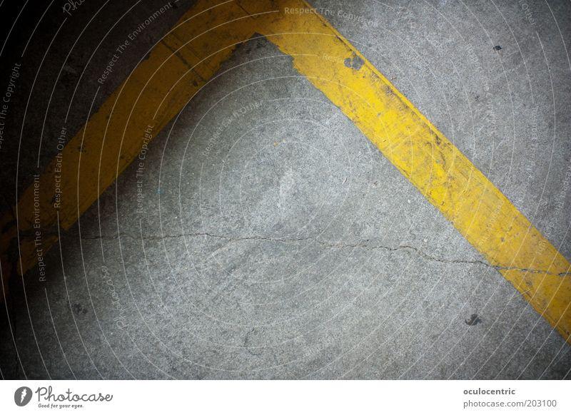Bereich Asphalt Verbote Strukturen & Formen Linie Trennung Boden gelb grau Riss Baustelle Ecke Begrenzung platt Farbfoto Innenaufnahme Experiment Menschenleer