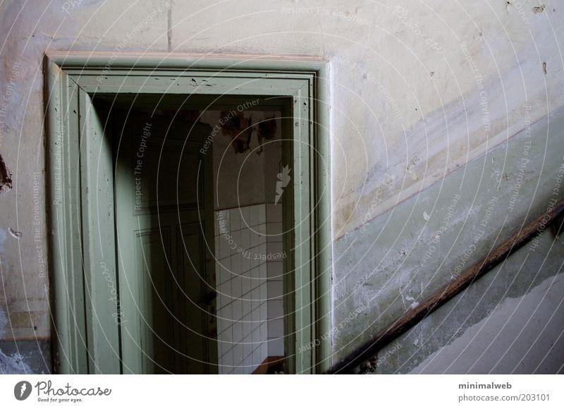 Entrance Leipzig Deutschland Menschenleer Haus Mauer Wand Treppe Tür ruhig Einsamkeit unbeständig Endzeitstimmung kalt Vergänglichkeit Gedeckte Farben