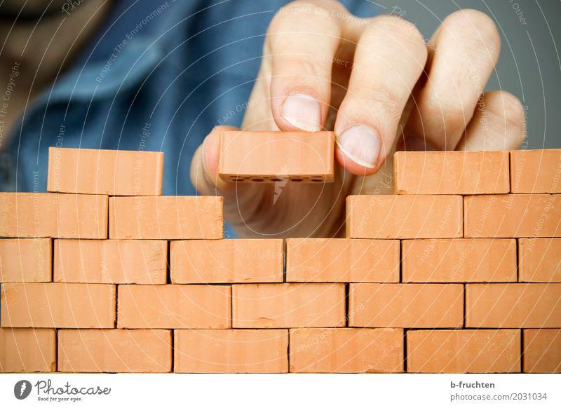 Stein auf Stein ... Handwerker Mann Erwachsene Finger 30-45 Jahre Haus Mauer Wand Backstein rot Freude Genauigkeit Zukunft bauen Spielstein Spielen