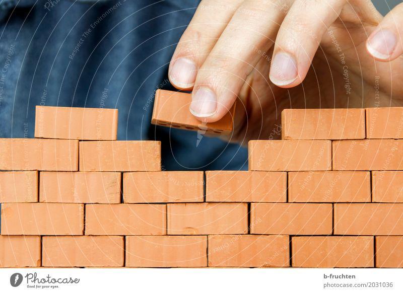 Ziegelmauer Modellbau Haus Traumhaus Hausbau Arbeit & Erwerbstätigkeit Handwerker Baustelle Mann Erwachsene Finger 30-45 Jahre Stein Backstein bauen Mauer