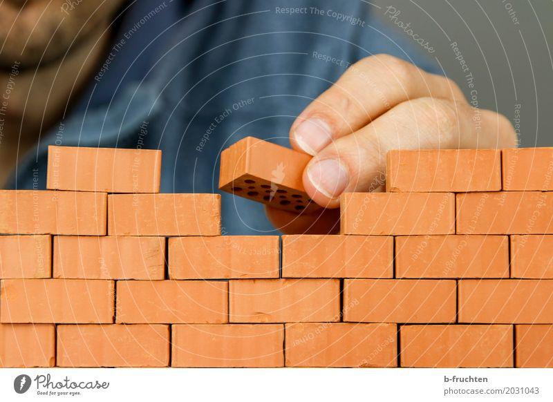 ...das Häuschen wird gleich fertig sein. Arbeit & Erwerbstätigkeit Handwerker Baustelle Mann Erwachsene Finger 30-45 Jahre Haus Traumhaus Mauer Wand bauen