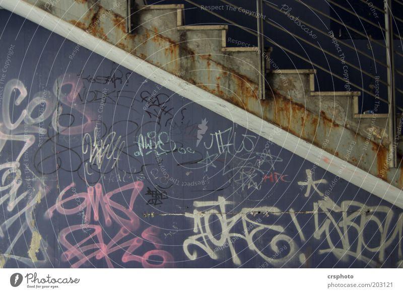 Große Jungs die auf Wände sprühen.... alt dunkel Wand Stein Mauer Gebäude Graffiti Metall Kunst Beton Treppe violett Rost Langeweile Ekel hässlich