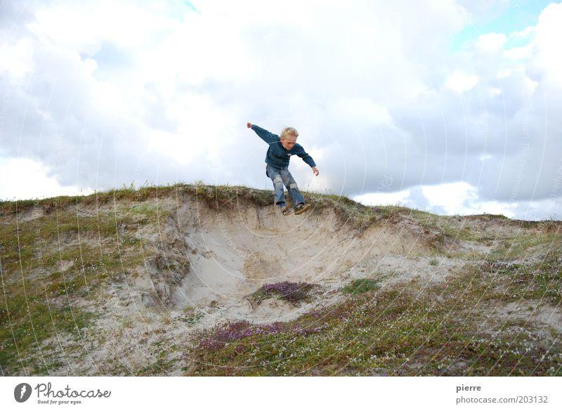 Fliegen ist schön Kind Freude Strand Ferien & Urlaub & Reisen Junge springen Spielen Glück Arme fliegen frei Fröhlichkeit Freizeit & Hobby Kindheit Düne