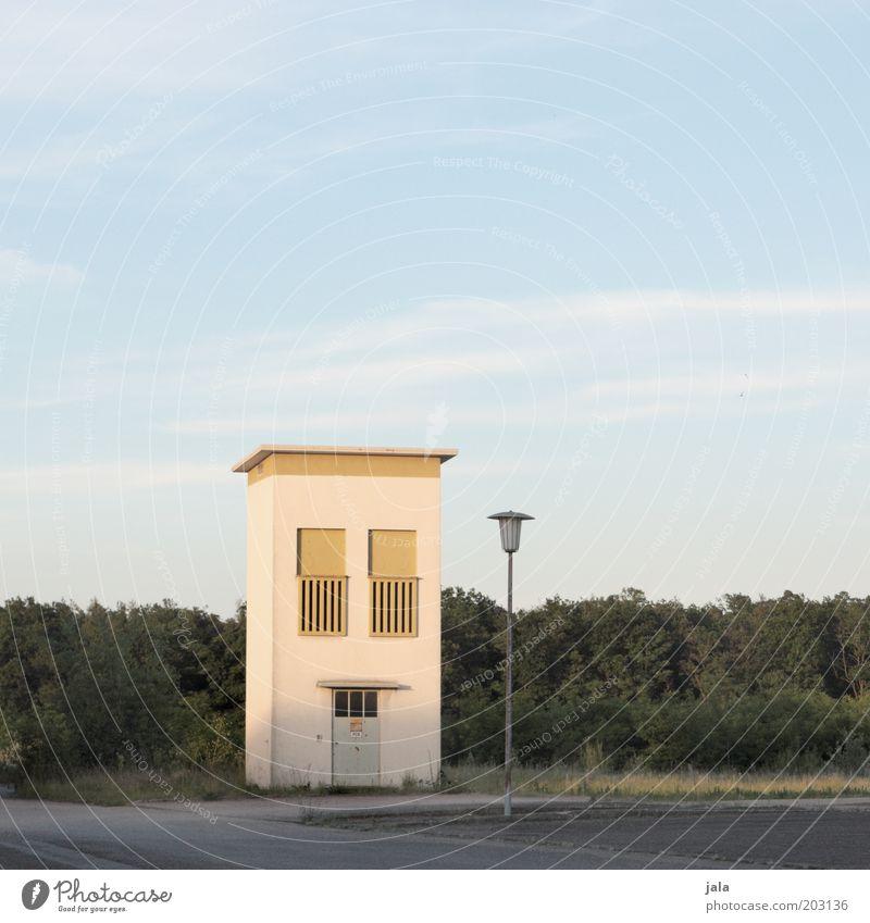einsames häusle sucht... Himmel Baum Haus Einsamkeit Fenster Gebäude klein Tür Sträucher Laterne