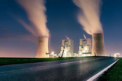 Braunkohlekraftwerk blau grün Umwelt Straße rosa Energiewirtschaft groß violett Rauch Schornstein Zerstörung Klimawandel Umweltverschmutzung Industrieanlage