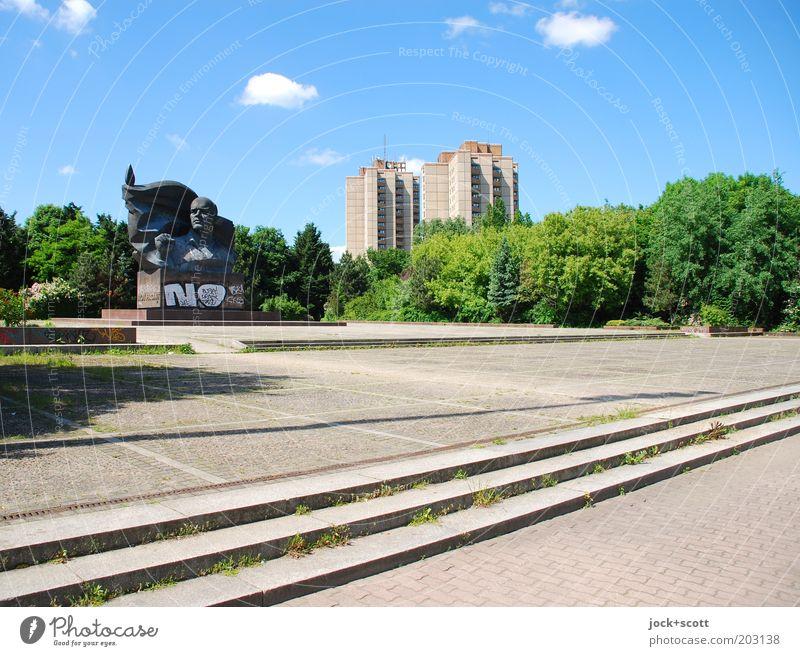 Ernst im Park Sightseeing DDR Himmel Wolken Sommer Schönes Wetter Baum Prenzlauer Berg Platz Plattenbau Wohnhochhaus Treppe Sehenswürdigkeit Denkmal Graffiti