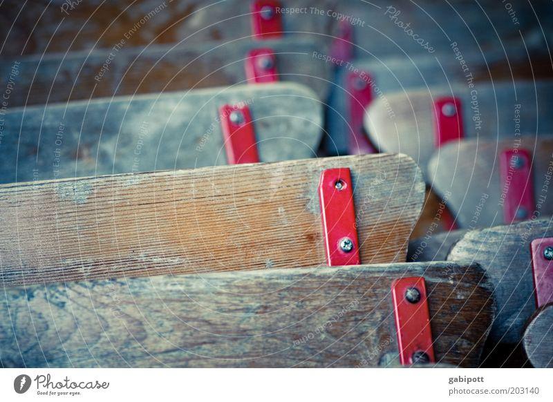 abgestellt alt rot Holz Linie braun Metall geschlossen stehen Stuhl Vergänglichkeit Verfall Vergangenheit Maserung verwittert Biergarten Möbel