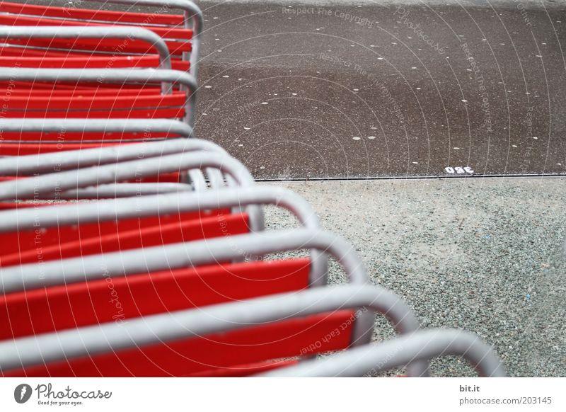 abgestellt im Regen rot Einsamkeit ruhig grau Traurigkeit Metall Stuhl Sauberkeit Asphalt Gastronomie Restaurant Teer schlechtes Wetter Biergarten Stuhllehne Reinlichkeit