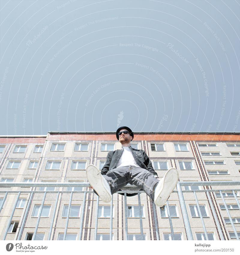 you've always got the blues Mensch Himmel Mann Jugendliche Erwachsene Stil sitzen Fassade warten maskulin Lifestyle Coolness Bekleidung T-Shirt 18-30 Jahre Hut