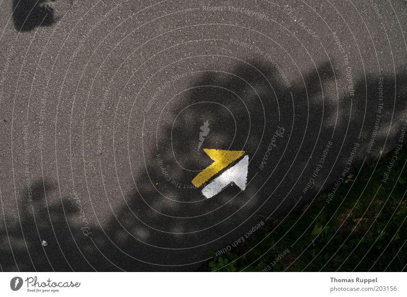 nach rechts oben weiß gelb grau Stein Wege & Pfade Schilder & Markierungen Beton frei Pfeil Zeichen Richtung Verkehrswege aufwärts Verkehrszeichen Perspektive