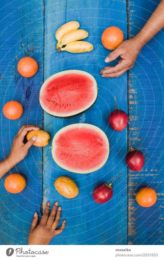 blau Sommer Farbe Hand rot Freude gelb natürlich Holz Frucht frisch Tisch lecker exotisch Dessert Erfrischung