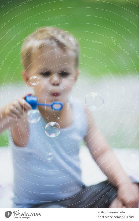 Junge bläst Seifenblasen in der Wiese Freizeit & Hobby Spielen Ferien & Urlaub & Reisen Ausflug Sommerurlaub Garten Mensch maskulin Kind Kindheit Leben 1