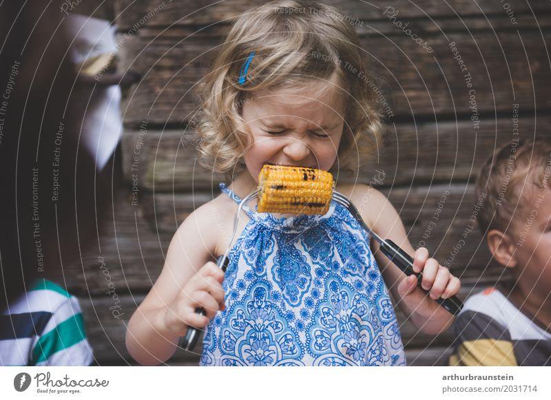 Mädchen beißt in heißen gegrillten Mais Lebensmittel Gemüse Maiskolben Ernährung Essen Besteck Gabel Gesunde Ernährung Freizeit & Hobby Ausflug Sommer