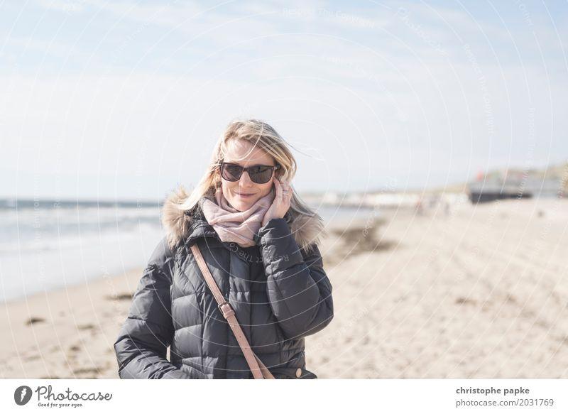 Herbsttag am Strand Erholung Ferien & Urlaub & Reisen Meer Wellen feminin Junge Frau Jugendliche Erwachsene 1 Mensch 30-45 Jahre Schönes Wetter Küste Nordsee