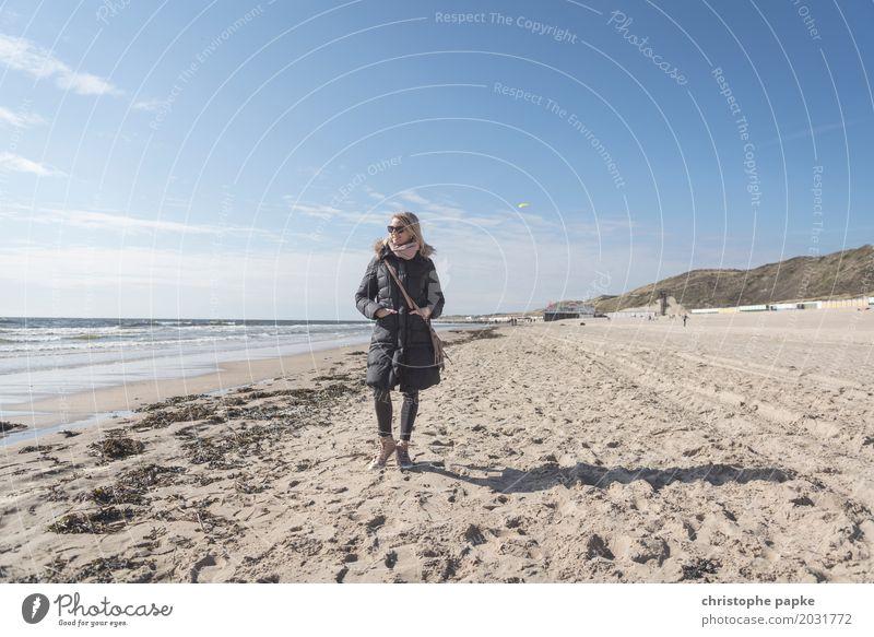 meer herbst Frau Mensch Ferien & Urlaub & Reisen Meer Erholung Strand Erwachsene Herbst Frühling Tourismus Sand Ausflug blond stehen Schönes Wetter Jacke