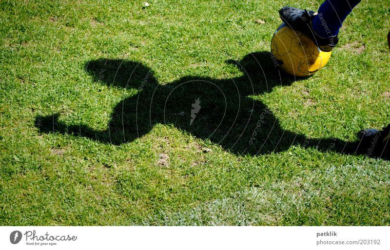Vorstopper Sport Sportler Fußball Sportstätten Junge 8-13 Jahre Kind Kindheit Fußballer Ball Rasen gelb grün Schatten bereit Farbfoto Außenaufnahme Tag Kontrast