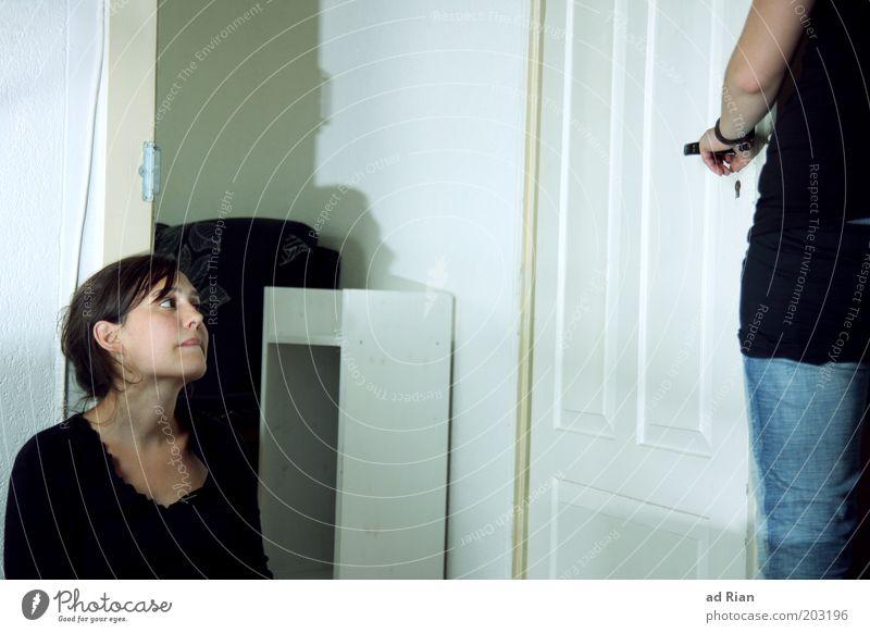 abschied Mensch Jugendliche Gesicht Einsamkeit sprechen feminin Gefühle Traurigkeit Freundschaft Zusammensein Erwachsene Tür stehen Häusliches Leben
