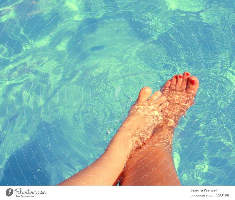 Füße im Pool Mensch Kind Wasser blau Ferien & Urlaub & Reisen Erholung Bewegung Fuß Familie & Verwandtschaft Beine Zusammensein Sicherheit Wellness Mutter