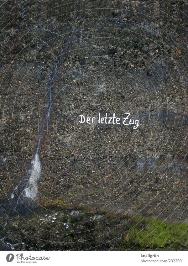 Der letzte Zug Klettern Bergsteigen Freeclimbing Mauer Wand Stein Beton Schriftzeichen grau grün weiß Kletterwand Freiklettern Kletteranlage Farbfoto