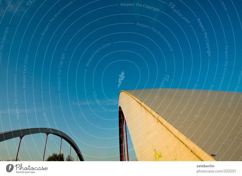 Brücke Verbindung Straße Stahl Stahlverarbeitung Architektur Himmel Sommer Schönes Wetter Wolkenloser Himmel Blauer Himmel himmelblau Textfreiraum Außenaufnahme