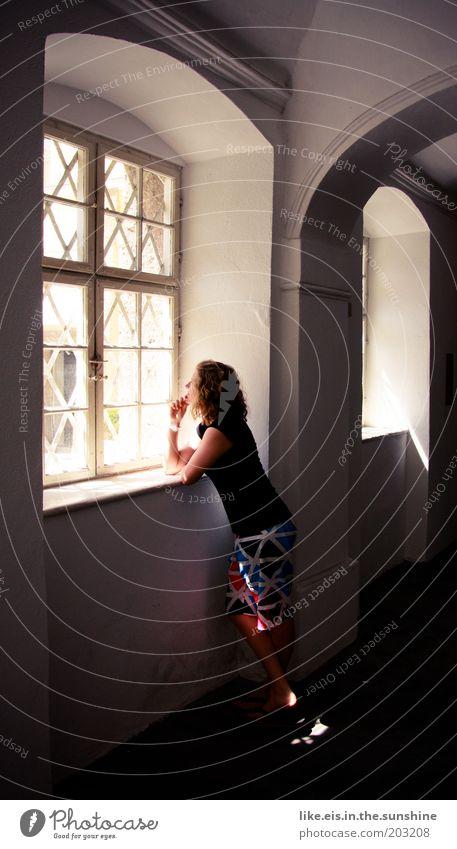 You are my sunshine Frau Jugendliche Sommer Haus feminin Fenster träumen warten Erwachsene elegant beobachten genießen Schönes Wetter Mensch Locken Museum